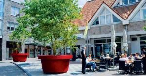 Streetlife met enorme plantenbakken